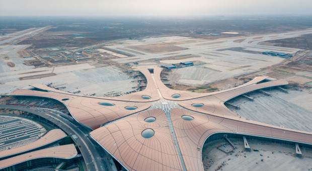 zdjęcie przedstawiające lotnisko daxing w pekinie, które aktualnie jest w budowie