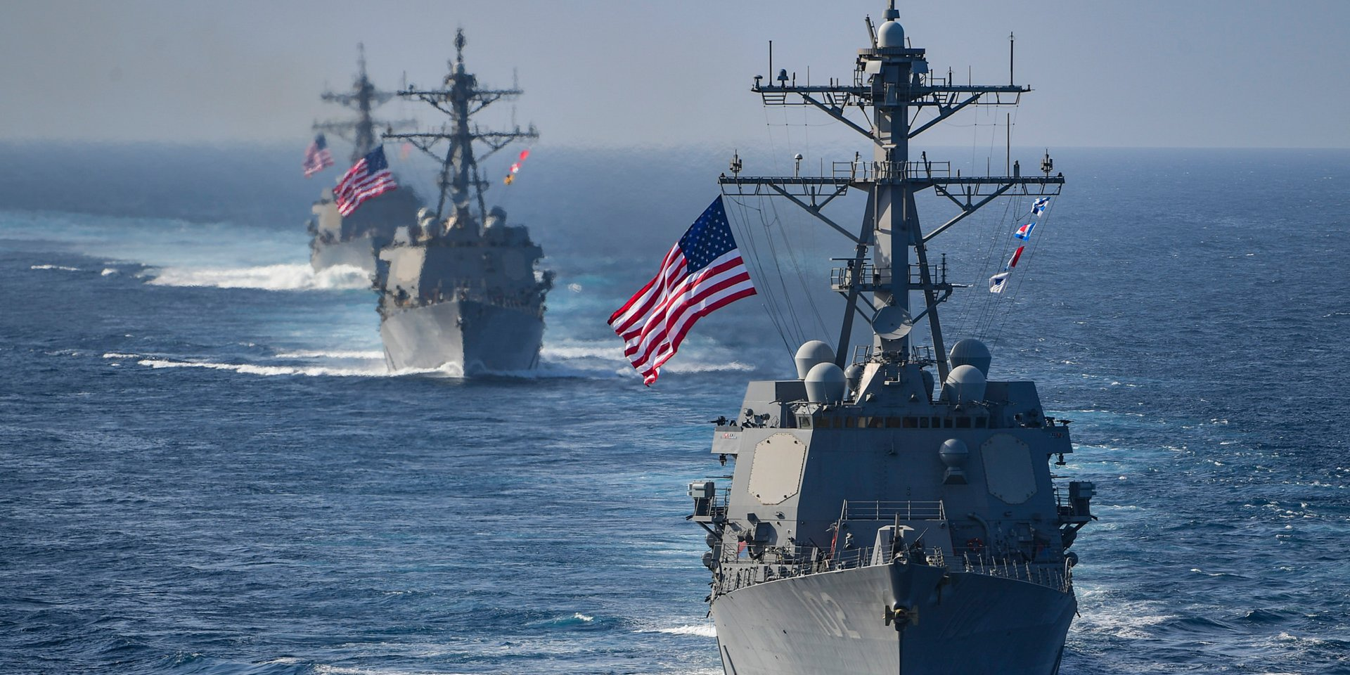 Zdjęcie przedstawiające statki pod amerykańską banderą na morzu południowochińskim